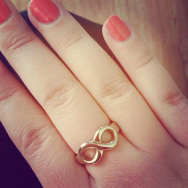золотое кольцо знаком бесконечности